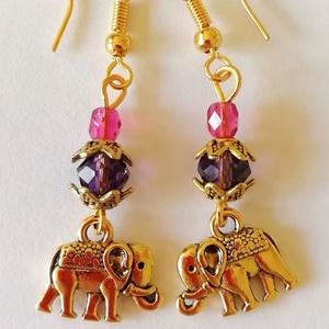 India füli - arany színű elefánt, ametiszt lila- és pink üveggyöngy, Ékszer, Fülbevaló, Lógó fülbevaló, Ékszerkészítés, Gyöngyfűzés, gyöngyhímzés, Indiai hangulatú fülbevalót készítettem arany színű, mindkét oldalán mintás elefánt medálból (1cm x ..., Meska