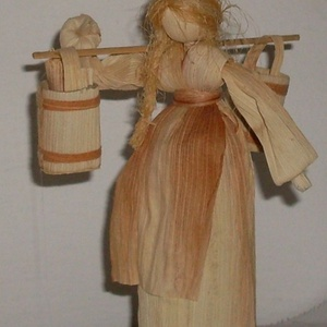 vízhordó lány, Otthon & Lakás, Dekoráció, Dísztárgy, Fonás (csuhé, gyékény, stb.), Csuhéból készült vízhordó lány parafa alátéten.\r\n, Meska
