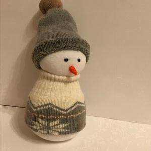 Szürke sapkás hóember, Játék & Gyerek, Plüssállat & Játékfigura, Ember, Varrás, 22 cm magas, pamut zokniból készült puha figura nem csak gyerekeknek kiváló mikulás vagy karácsonyi ..., Meska