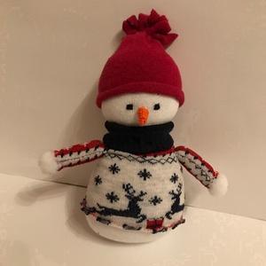 Piros sapkás hóember, Otthon & Lakás, Dekoráció, Dísztárgy, Varrás, 22 cm magas, pamut zokniból készült puha figura nem csak gyerekeknek kiváló Mikulás vagy karácsonyi ..., Meska