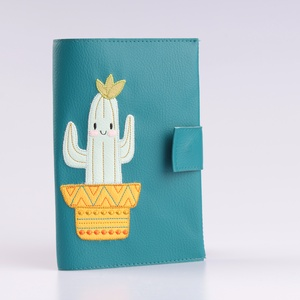 Petrol alapon boldog kaktusz mintás egészségügyi kiskönyv borító és irattartó névhímzéssel, Könyv- és füzetborító, Papír írószer, Otthon & Lakás, Varrás, A tok kisbabád egészségügyi kiskönyvének és iratainak tárolására alkalmas. 5db irat+ a TAJ kártya fé..., Meska
