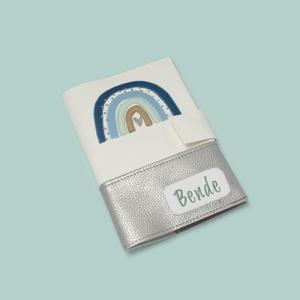 Fehér-ezüst alapon szivárványos egészségügyi kiskönyv borító és irattartó névhímzéssel, Táska & Tok, Pénztárca & Más tok, Varrás, Hímzés, A tok a gyermekek egészségügyi kiskönyvének védelmét szolgálja, ami 0-16 éves korig használatos. Érd..., Meska