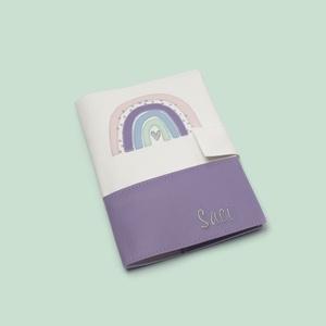 Fehér-lila alapon szivárványos egészségügyi kiskönyv borító és irattartó névhímzéssel, Otthon & Lakás, Papír írószer, Könyv- és füzetborító, Varrás, Hímzés, A tok a gyermekek egészségügyi kiskönyvének védelmét szolgálja, ami 0-16 éves korig használatos. Érd..., Meska