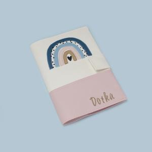 Fehér-rózsaszín alapon szivárványos egészségügyi kiskönyv borító és irattartó névhímzéssel, Otthon & Lakás, Papír írószer, Könyv- és füzetborító, Varrás, Hímzés, A tok a gyermekek egészségügyi kiskönyvének védelmét szolgálja, ami 0-16 éves korig használatos. Érd..., Meska