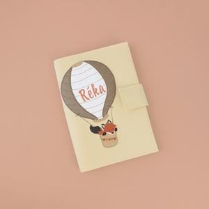 Bézs alapon ballonos rókás egészségügyi kiskönyv borító és irattartó névhímzéssel, Otthon & Lakás, Papír írószer, Könyv- és füzetborító, Varrás, A tok kisbabád egészségügyi kiskönyvének és iratainak tárolására alkalmas. 5db irat+ a TAJ kártya fé..., Meska