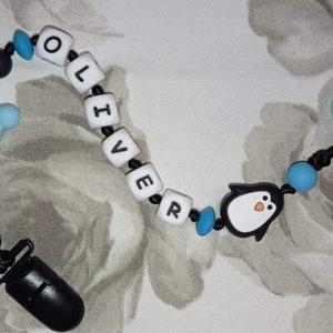 Pingvines szilikon cumilánc névvel, Játék & Gyerek, 3 éves kor alattiaknak, Cumilánc, Gyöngyfűzés, gyöngyhímzés, Megrendelésre készülő szilikon cumilánc pingvin figurával, névvel. Ékezetes betűk sajnos nem kapható..., Meska