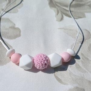 Púderrózsaszín-fehér anyalánc, szilikon lánc, hordozós nyaklánc, Játék & Gyerek, 3 éves kor alattiaknak, Rágóka, Gyöngyfűzés, gyöngyhímzés, Bababarát szilikon gyöngyből és horgolt gyöngyből készült púder rózsaszín-fehér nyaklánc. Műanyag ka..., Meska