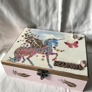 """""""Vidàm egyszarvús"""" lányka doboz, Gyerek & játék, Lakberendezés, Otthon & lakás, Tárolóeszköz, Doboz, Decoupage, transzfer és szalvétatechnika, Festett tárgyak, Egy hétéves kislánynak készült ez a dobozka, apró kincseit fogja tàrolni benne.\n\nKözepes fadoboz, me..., Meska"""