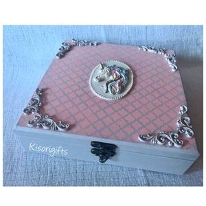 Álom unikornis lányka doboz, emlékdoboz (Névre szóló), Otthon & Lakás, Tárolás & Rendszerezés, Doboz, Decoupage, transzfer és szalvétatechnika, Festett tárgyak, Egyedire megálmodott, év eleji tervezésű lányka doboz, egyelőre ez az egyetlen darab létezik belőle...., Meska
