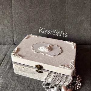 """""""Júlia"""" hattyús esküvői doboz, csipkés fehér - ezüst (Névvel, dátummal) , Esküvő, Nászajándék, Otthon & lakás, Lakberendezés, Tárolóeszköz, Doboz, Festett tárgyak, Famegmunkálás, A 2020-as új tervezésű esküvői dobozok első darabja, elegáns hattyús csipke mintával.  Csipetnyi ezü..., Meska"""