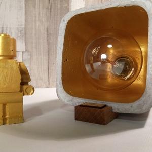 Design beton asztali lámpa tölgyfa lábakkal, Otthon, lakberendezés, Lámpa, Hangulatlámpa, Famegmunkálás, Szobrászat, Egyedi Design asztali lámpa tölgyfa lábakkal.  Meleg hangulatú fényt áraszt a benne levő Edison izz..., Meska