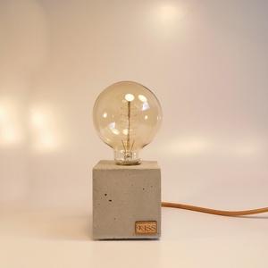 Kocka betonlámpa Edison izzóval, Lakberendezés, Otthon & lakás, Lámpa, Asztali lámpa, Hangulatlámpa, Szobrászat, Kőfaragás, Egyedi beton kocka asztali lámpa, Edison izzóval.\nMeleg fényű izzóval, minimalista megjelenés, a bet..., Meska