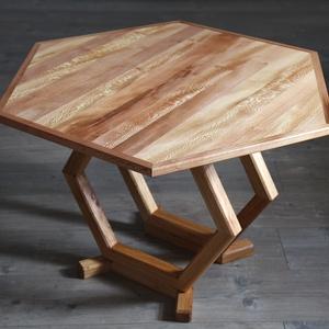 Hatszögletű tömörfa dohányzóasztal, Bútor, Asztal, Famegmunkálás, Méhsejt-forma által ihletett, egyedi dohányzóasztal platán lappal és szilből készült lábakkal, nara..., Meska