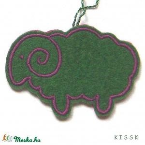 Zöld bárány karácsonyfa dísz, Dekoráció, Otthon & lakás, Dísz, Kép, Lakberendezés, Hímzés, Mindenmás, Saját tervezésű, egyedi hímzett filc dísz, dekoráció.\nA színoldala zöld alapon lila cérnával hímzett..., Meska