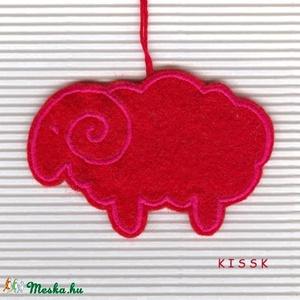 Hímzett filc bárányka karácsonyi dísz, Otthon & Lakás, Karácsony & Mikulás, Karácsonyfadísz, Hímzés, Nemezelés, Saját tervezésű, egyedi, piros alapon pink cérnával hímzett filc dísz, dekoráció. A fonákoldala piro..., Meska