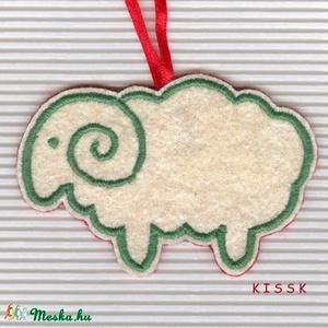 Piros-fehér-zöld Bárányka karácsonyi dísz, Otthon & Lakás, Karácsony & Mikulás, Karácsonyfadísz, Mindenmás, Hímzés, Saját tervezésű, egyedi hímzett filc dísz, dekoráció.\nSzínoldala fehér alapon zölddel hímzett, hátol..., Meska