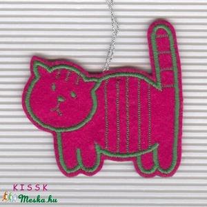 Pink Buta Cicó dísz, Dekoráció, Otthon & lakás, Ünnepi dekoráció, Dísz, Mindenmás, Hímzés, Saját tervezésű, egyedi hímzett filc dísz.\nSzínoldala pink alapon zöld cérnával hímzett, a fonákolda..., Meska