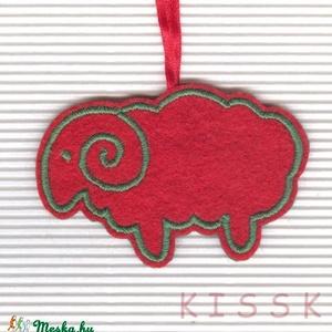 Piros - zöld bárányka karácsonyfa dísz, dekoráció, Otthon & Lakás, Karácsony & Mikulás, Karácsonyfadísz, Hímzés, Mindenmás, Saját tervezésű, egyedi hímzett filc dísz.\nA színoldala piros színű filcen zöld hímzés, a fonákoldal..., Meska