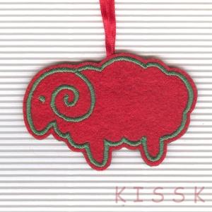 Piros bárány, Más figura, Plüssállat & Játékfigura, Játék & Gyerek, Hímzés, Egyedi tervezésű és kivitelezésű gyapjúfilcre hímzett bárány-dísz. Alapanyaga 100%-ban természetes.\n..., Meska