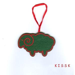 Zöld - piros bárányka karácsonyfa dísz, dekoráció, Otthon & Lakás, Karácsony & Mikulás, Karácsonyfadísz, Hímzés, Nemezelés, Saját tervezésű, egyedi, hímzett filc dísz.\nA színoldala zöld színű filcen piros hímzés, a fonákolda..., Meska