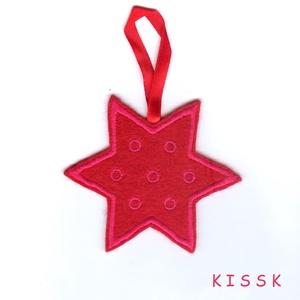 Piros-pink pöttyös karácsonyi csillagdísz, Karácsony & Mikulás, Karácsonyfadísz, Hímzés, Nemezelés, Saját tervezésű, egyedi, hímzett filc csillagdísz. Fonákoldala pink filc.\nMérete: 9,5 x 9,5 cm\nAjánd..., Meska