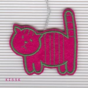 Pink Buta Cicó dísz, Karácsony & Mikulás, Karácsonyfadísz, Mindenmás, Hímzés, Saját tervezésű, egyedi hímzett filc dísz, karácsonyfadísz.\nSzínoldala pink alapon zöld cérnával hím..., Meska