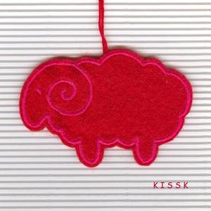 Hímzett filc bárányka karácsonyi dísz, Karácsony & Mikulás, Karácsonyfadísz, Hímzés, Nemezelés, Saját tervezésű, egyedi, piros alapon pink cérnával hímzett filc dísz, dekoráció. A fonákoldala piro..., Meska