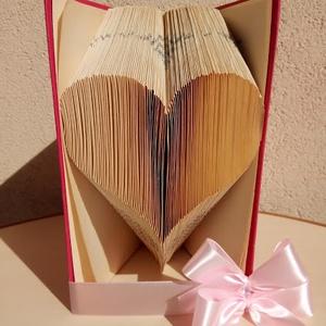 szivecskés Dísz könyv, Otthon & lakás, Dekoráció, Dísz, Papírművészet, Könyvből kézzel készült ajándék, rózsaszín könyv benne szivecskével szalaggal átkötve. 18,5cm magas ..., Meska