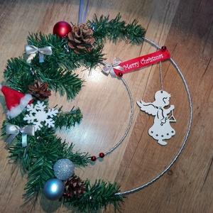 Karácsonyi ajtódísz, Karácsonyi kopogtató, Karácsony & Mikulás, Otthon & Lakás, Mindenmás, Karácsonyi ajtódísz\n\n28cm-es fém karika alappal műfenyőből és egyéb díszek kombinációjából. A díszek..., Meska