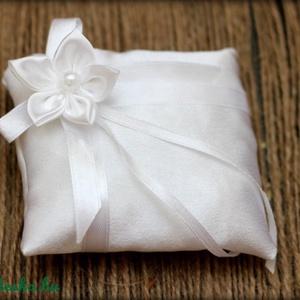 Fehér gyűrűpárna, Esküvő, Dekoráció, Otthon & lakás, Ünnepi dekoráció, Gyűrűpárna, Varrás, Fehér szatén gyűrűpárna, csipkével és egy fehér virággal.\n\nMérete: 10 x 10 cm\n\nHa más színben szeret..., Meska