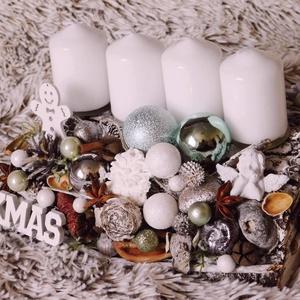Zöld-barna-fehér adventi asztaldísz, Karácsony, Karácsonyi dekoráció, Virágkötés, A visszafogott, letisztult stílus kedvelőinek ajánlom. :) Kb 25x15 cm.\nA fa lappal a természetessége..., Meska