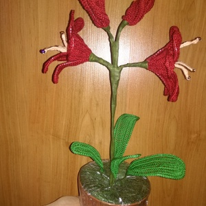 Amarilisz, Textil, Kötés, horgolás, A virág a cserép aljától a bimbó hegyéig 40 cm. A bibék végére gyöngyöt fűztem. Kiváló és tartós ajá..., Meska