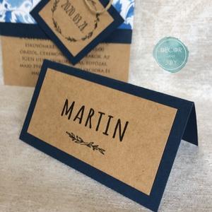 Esküvői dekoráció - ültetőkártya, név kártya - greenery rusztikus - kék esküvő, kraft esküvő - sátras - 9,0 x 5,0 cm, Esküvő, Meghívó, ültetőkártya, köszönőajándék, Esküvői dekoráció, Fotó, grafika, rajz, illusztráció, Ez az ültető kártya a kék papírszalaggal átkötött kraft esküvői meghívómhoz készült, de természetese..., Meska