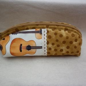 Gitárszóló - tolltartó, szemüvegtartó, Táska, Divat & Szépség, Táska, Neszesszer, Pénztárca, tok, tárca, Szemüvegtartó, Varrás, Pöttyös és gitár mintás minőségi amerikai pamutvászon anyagból varrtam ezt a tolltartót, szemüvegtar..., Meska