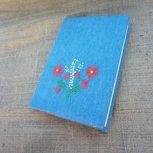 Hímzett, farmer füzetborító, Jegyzetfüzet & Napló, Papír írószer, Otthon & Lakás, Varrás, Hímzés, Farmer alapra piros, fehér virágokat hímeztem, ez a dísze a füzetborítónak. A borító három rétegű. A..., Meska