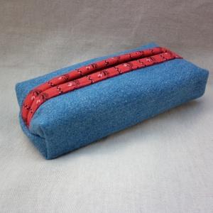 Farmer zsebkendőtartó, Zsebkendőtartó, Pénztárca & Más tok, Táska & Tok, Varrás, Kék farmer anyagból készült ez a zsebkendőtartó, aminek bélése piros és egyben ez a dísze is. Tíz da..., Meska