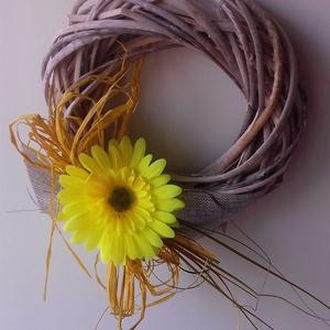 Szerénke , Asztaldísz, Dekoráció, Otthon & Lakás, Virágkötés, 20 cm átmérőjű fehér vesszőkoszorút vásároltam. Selyemvirággal, sárga rafiával, dekorszalaggal és sz..., Meska