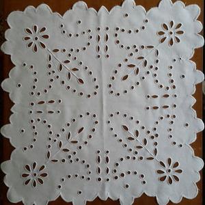 Asztali közép terítő 45×45 cm, Horgolt & Csipketerítő, Dekoráció, Otthon & Lakás, Hímzés, A termék, 45×45 cm, alapanyaga fehér lepedővászon, melyre előre kiválasztott fehér hímzőmintát nyomt..., Meska