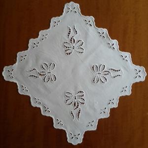 Asztali közép terítő 37×37 cm, Horgolt & Csipketerítő, Dekoráció, Otthon & Lakás, Hímzés, A termék, 37×37 cm,  alapanyaga fehér lepedővászon, melyre előre kiválasztott fehér hímzőmintát nyom..., Meska