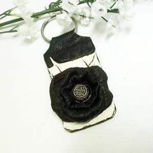 Fekete rózsa kulcstartó (klarion) - Meska.hu