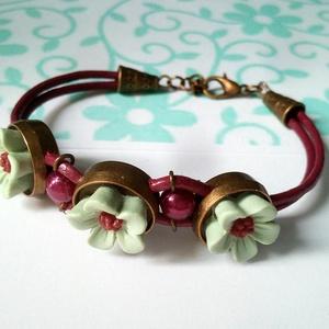 Burgundi színű hengerbőr karkötő menta virágokkal (klarion) - Meska.hu