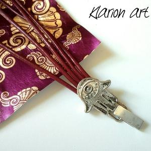 Burgundi színű hengerbőr karkötő Hamza kezét mintázó csattal (klarion) - Meska.hu