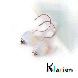 Opalit ásványos fülbevaló, Ékszer, Egyéb, Medál, Fülbevaló, Ékszerkészítés, Gyöngyfűzés, gyöngyhímzés, Szabálytalan formájú opál gyöngyökből és 4 mm-es opalit ásványgyöngyökből készült fülbevaló.\nHossza:..., Meska