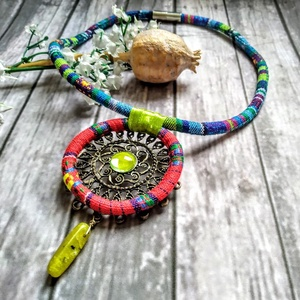 Bohém híppy nyaklánc, hatalmas medállal, színes szövettel, nefrit ásványgyönggyel - Meska.hu