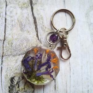 Örök tavasz kulcstartó, vagy táskadísz virágos gyanta medállal, fürtös gyöngyike, ametiszt ásvány - táska & tok - kulcstartó & táskadísz - táskadísz - Meska.hu