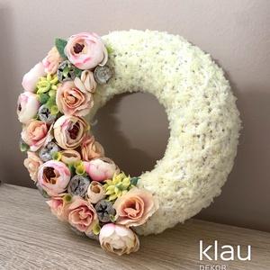 Selyemvirág kopogtató kötött alapon, Otthon & Lakás, Dekoráció, Ajtódísz & Kopogtató, Virágkötés, A kopogtató átmérője 20 cm, végleges mérete virágokkal kb. 23 cm. Szalma koszorú az alapja, melyet k..., Meska