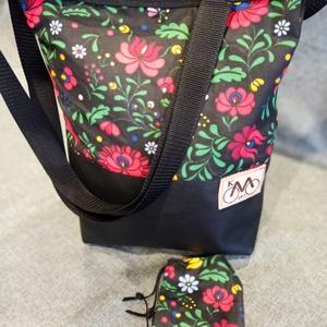 Fekete virágos válltáska ajándék maszkkal, Táska & Tok, Kézitáska & válltáska, Válltáska, Varrás, Piros és fekete válltáska.\nEzt a táskát virágos vászonból és fekete textilbőrből készítettem,belsejé..., Meska