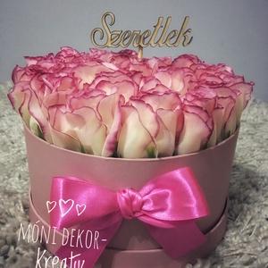 Selyemrózsa virágbox, Szerelmeseknek, Otthon, lakberendezés, Asztaldísz, Virágkötés, Gyönyörű élethű selyemrózsából készült virágbox,25 szálas,20 cm átmérőjű boxban Kérhető más színben..., Meska