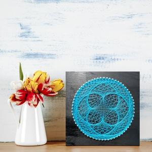 String Art VKék Lótusz 20x20cm, Otthon & lakás, Dekoráció, Kép, Lakberendezés, Asztaldísz, Falikép, Famegmunkálás, Fotó, grafika, rajz, illusztráció, String Art/Fonalgrafika technikával, minőségi alapanyagok felhasználásával készült, 20x20cm-es dekor..., Meska