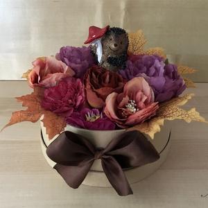 Gombát hurcoló süni virágbox, Csokor & Virágdísz, Dekoráció, Otthon & Lakás, Virágkötés, 20 cm átmérőjű papír dobozba készülő őszi virágbox, cuki sünivel, aki esernyőként használ egy hatalm..., Meska